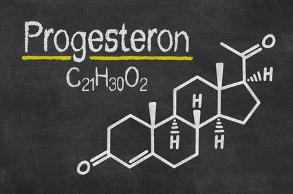 Schiefertafel mit der chemischen Formel von Progesteron